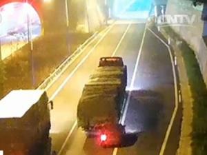 小轿车追尾大挂车 被拖行26公里(组图)