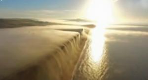 雾气如瀑布美景让人陶醉