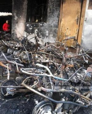防城港一小区发生火灾 40余辆电动车成废铁
