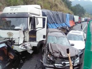 高清:桂柳高速公路八车追尾 豪车被撞变废铁