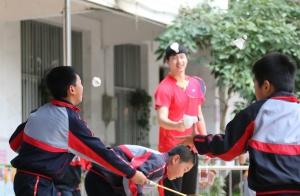 广西体校的小运动员们和共和路小学同学们交流互动