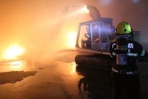 高清:浦北县白石水镇一木炭加工厂被火魔吞噬