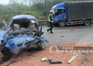 小轿车占道超车被撞受损严重司机遇难