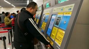排队买票试乘地铁的市民