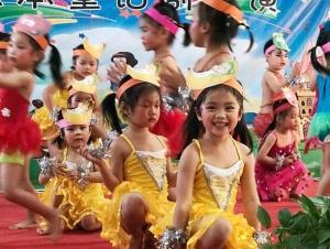 高清:看童话剧演童话人物 孩子们喜迎新年