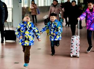 春运首日柳州火车站发送3万旅客 将现学生流高峰