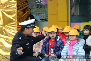 放假将致交警送安全进幼儿园