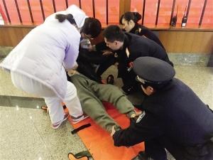 旅客在候车大厅内突发病晕倒 幸得客运员及时救助