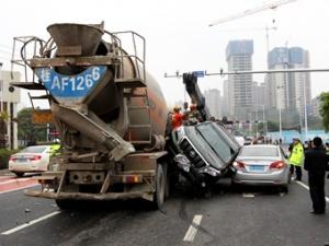 高清:南宁市区发生多车连环相撞事故 多人受轻微伤