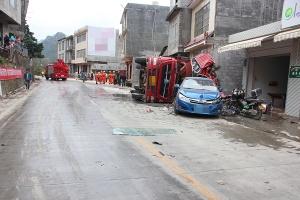 高清:货车急速过弯失控侧翻冲进民房 致2人死亡
