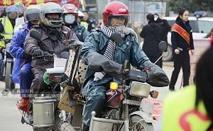 """高清:""""归乡人""""驾驶摩托车返乡 贺州迎摩骑高峰"""