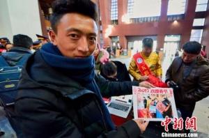 """西藏艺术家为雪域""""圣城""""春运旅客送上""""扎西德勒"""""""