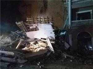 湖北南漳一酒店遭遇山体崩塌 救援正在进行(高清)