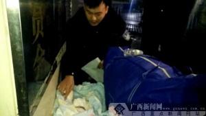 南宁:民警雨中为弃婴寻亲 暖人之举获得群众称赞