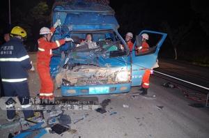 荔浦:小货车追尾大货车 消防官兵出动救援(图)