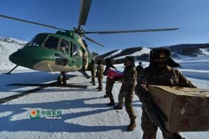 """新疆阿勒泰:直升机为""""雪海孤岛""""送年货(图)"""