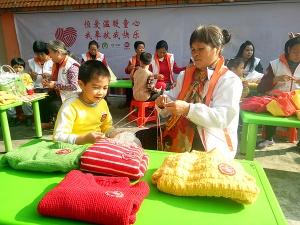 梧州爱心家庭为孤残儿童编织毛衣