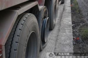 """钦州:小车撞货车很""""受伤"""" 疲劳驾驶惹的""""祸"""""""