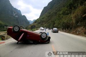小轿车翻个底朝天 原是疲劳驾驶惹的祸