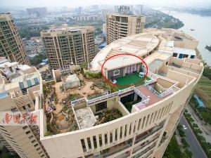 南宁一小区楼顶公共天台遭私人圈占 建起私家花园