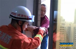 防城港一男子被困19楼空调顶 消防官兵高空救人