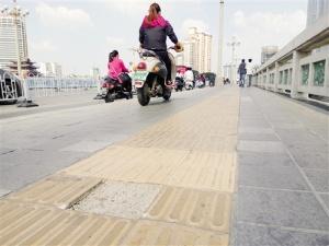 邕江大桥电动车与行人抢道 交警:将加大执法力度