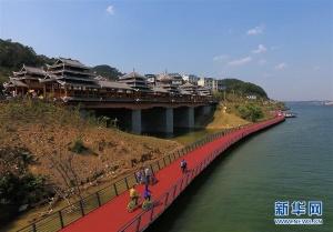 广西柳州:滨水骑行沐春光(组图)