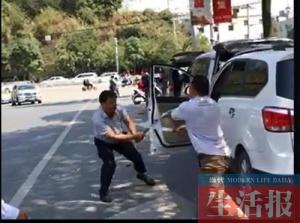 一个拿钢管一个拿长刀 两男子当街上演全武行(图)