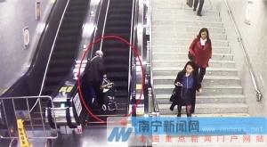 老人乘坐电梯摔倒 南宁女孩地铁站爱心施救获点赞