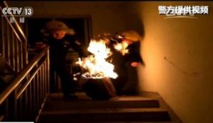 一住户煤气罐着火 民警徒手拎煤气罐跑下楼(图)