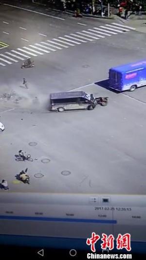 郑州一汽车冲撞电动车群致1死9伤 嫌疑人被控制
