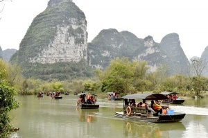 大新明仕田园景区吸引众多游客前来观光