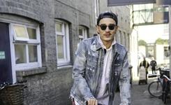 李光洁黑超反戴帽 英国街头酷玩滑板车