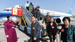 在桂全国人大代表抵京参会(图)