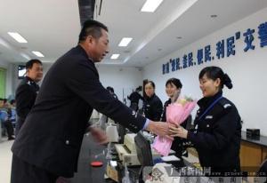 防城港:男警给女警送节日祝福