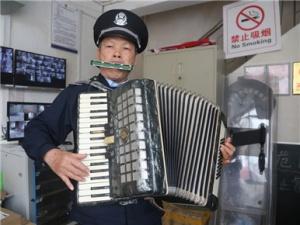 只有初中文化的他 吹拉弹唱写样样都会