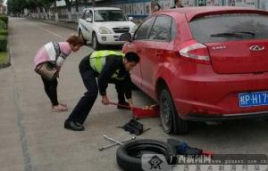 女司机车轮爆胎未察觉 所幸民警提醒帮忙