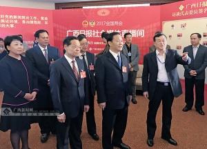 彭清华陈武看望慰问全国两会新闻工作者(组图)