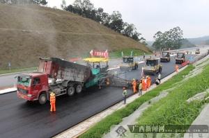 贵合路改性沥青混凝土上面层试验路铺设