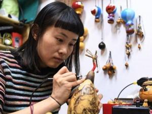 """""""80后""""女孩3年创作5000余葫芦烙画工艺品(组图)"""