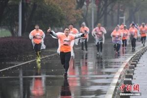 长沙举行12公里计时赛 千人雨中竞技