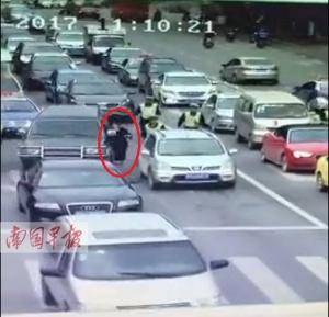 玉林一套牌车拒检冲卡 执勤女警被拖行10余米(图)