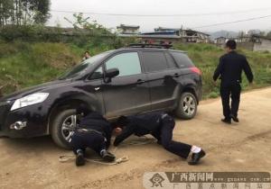 贺州一女子受顽童干扰驾车进坑 民警路遇助脱困