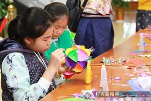 崇左:体验壮族绣球文化魅力 孩子学做纸艺绣球