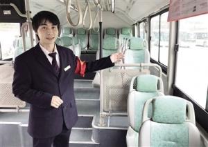 温暖7分钟:26岁女子公交车上晕倒 忙坏一车乘客