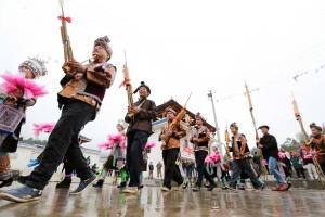 """柳州融安苗族群众吹芦笙跳踩�舞""""闹春""""(图)"""