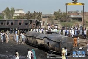 巴基斯坦一客运火车与油罐车相撞