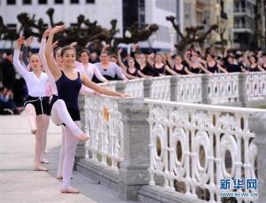"""西班牙庆祝""""舞蹈之月"""" 1400人街头起舞(组图)"""