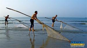 京族同胞排练踩高跷捕鱼的原生态表演