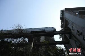 """重庆轻轨穿楼而过成""""网红"""""""